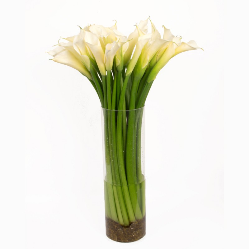 25 белых калл в вазе