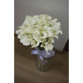 29 белых калл в вазе