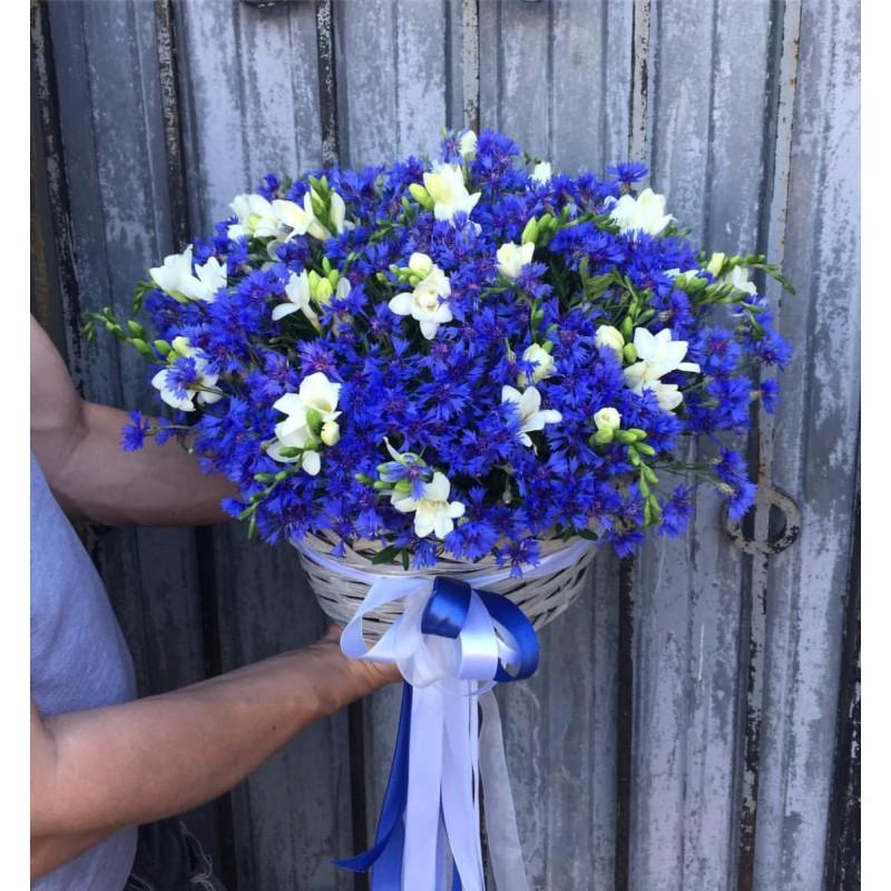 Летняя корзина с любимыми цветами